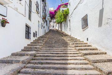 Treppe in einer Straße zwischen weißen Häusern in Altea von Marc Venema