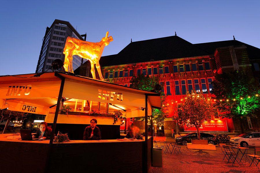 Infobalie Nederlands Film Festival in Utrecht met Festivalhart in oude postkantoor op achtergrond