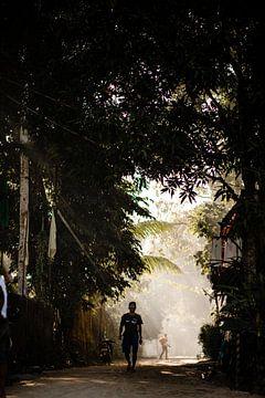 Mann in einem Dorf auf den Philippinen von Yvette Baur