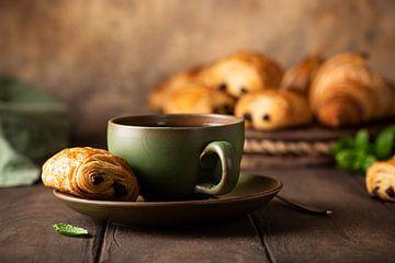 Tasse de thé vert avec mini rouleau de chocolat sur Iryna Melnyk