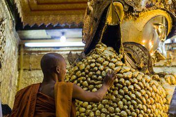 Goud plakken in de Mahamuni Pagode, Mandalay, Myanmar sur Annemarie Arensen