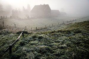 Village dans le brouillard (Driel) sur Eddy Westdijk