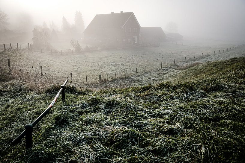 Dorp in de mist (Driel) van Eddy Westdijk