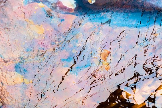 Kwel water met kleur van ijzerbacterien