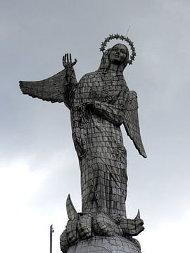 El Panecilla in Quito, madonna standbeeld dat uitkijkt over de stad Quito in Ecuador van Laura Balvers