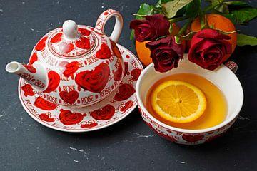 Schwarzer Tee serviert mit Orangenscheibe und roten Rosen von Babetts Bildergalerie