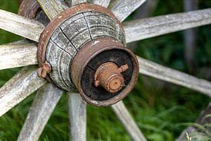Die Radnabe eines alten Erntewagens