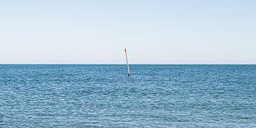golfbreker markering in zee, zichtbaar tijdens vloed. van MICHEL WETTSTEIN
