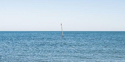 golfbreker markering in zee, zichtbaar tijdens vloed.