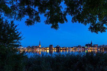 Blick über die Warnow auf die Hansestadt Rostock zur Blauen Stunde. von Rico Ködder
