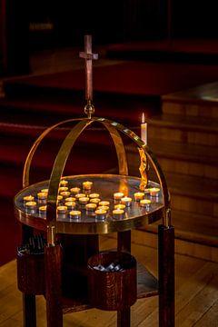Ronde tafel met thee lichtjes en houten kruis in klooster in IJsland van Hein Fleuren