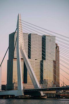 Rotterdam - Erasmusbrug in het Avondlicht (2) van Jordy Brada