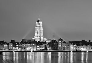 Deventer bij avond (zwart wit) van Wiljo van Essen