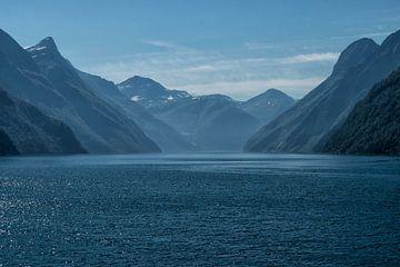 Blauw op zee in Noorwegen van Renate Oskam