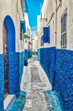 Smal steegje met blauwe gevel in medina van Rabat in Marokko van Dieter Walther