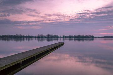 Zonsondergang bij de pier van Valkenburgse meer van Richard Steenvoorden