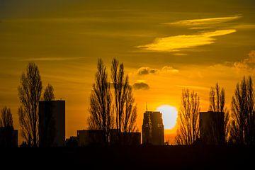 Stad met opkomende zon van Fred Leeflang