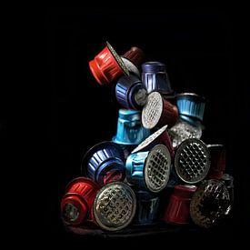 Pile de capsules de café usagées colorées sur fond noir, beaucoup de déchets inutiles provenant d'em sur Maren Winter