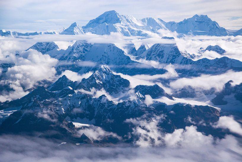 On top of the Himalayas van Nanda Bussers