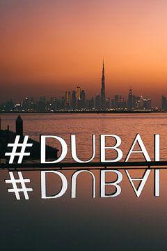 #DUBAI spiegelt sich im Wasser mit der Skyline von Dubai bei Sonnenuntergang