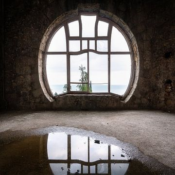 Verlassenes Jugendstilfenster. von Roman Robroek