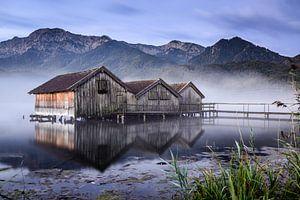 Bootshäuser am Kochelsee von Michael Blankennagel