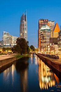 Den Haag Skyline met spiegeling in de Prinsessegracht. van