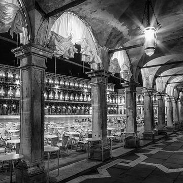 VENEDIG Markusplatz bei Nacht | Monochrom von Melanie Viola