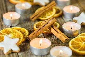Kerstkaarsen, koekjes en specerijen decoratie op hout van Alex Winter
