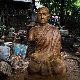 Houten Budha beeld in achtertuin van dump van Wout Kok