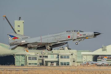 Japanse F-4 Phantom II stijgt op van luchtmachtbasis Hyakuri in Japan. van Jaap van den Berg