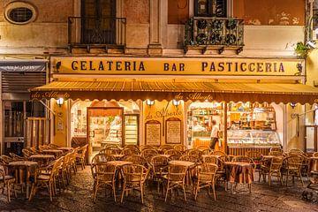 Café in de oude stad van Capri, Italië van Christian Müringer