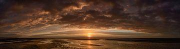 Farbenprächtiger Sonnenuntergang am Strand der Insel Schiermonnikoog von Sjoerd van der Wal
