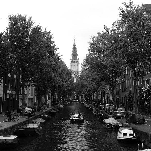 Gracht met zicht op de Zuiderkerk, Amsterdam van Roger VDB