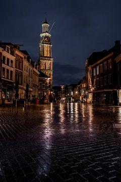 Wijnhuistoren en markt bij nacht van Arnold van Rooij