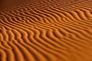 Wellen im Sand von Gijs de Kruijf