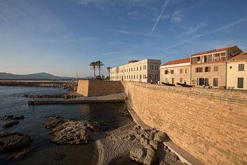 Bastion von Alghero, Sardinien mit Blick auf das Meer von Joost Adriaanse