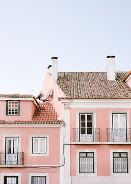 Lissabon rosa | Architektur Reisefotografie Portugal | Pastellfarben von Raisa Zwart