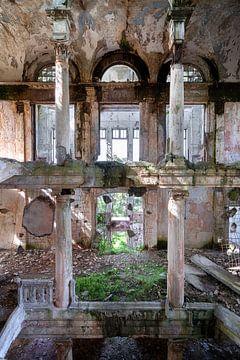 Salle abandonnée en décadence. sur Roman Robroek