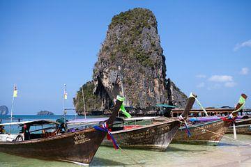 Eiland en boten voor de kust van Krabi (Thailand) van t.ART