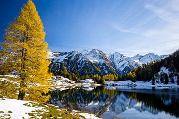 Bergmeer in de herfst van Coen Weesjes