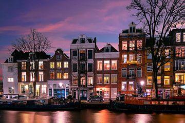 Maisons d'Amsterdam le long de l'Amstel aux Pays-Bas la nuit sur Nisangha Masselink