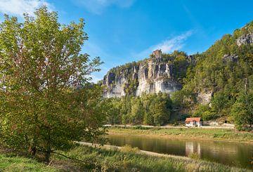 Rotsformatie bij het dorp Rathen aan de oever van de rivier de Elbe in het Elbsansteingebirge van Heiko Kueverling