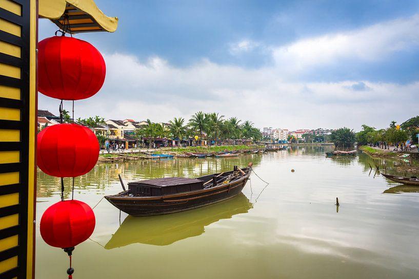 Boven de rivier in Hội An, Vietnam van Rietje Bulthuis