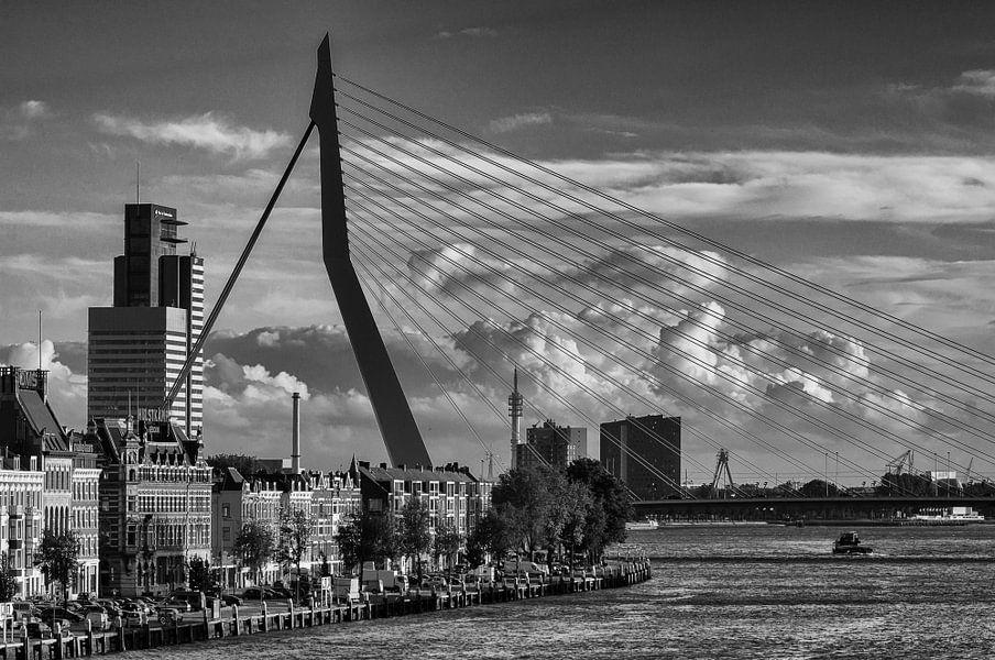 Erasmusbrug & Noordereiland in Rotterdam   Zwart-Wit van Mark De Rooij