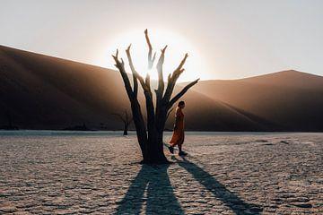 Vrouw in de Deadvlei van Sossusvlei Nationaal Park, Namibie van Maartje Kikkert