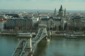 De Kettingbrug met de rest van Boedapest  sur Jordi Woerts