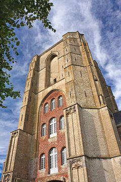 Oude kerk toren met blauwe hemel en wolken, Veere van Tony Vingerhoets