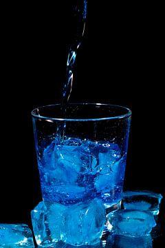 Blue curacao cocktail in een glas met ijs van