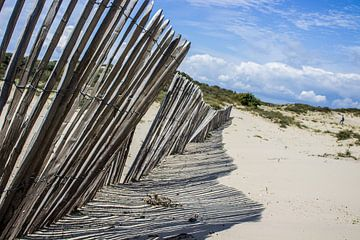 Scheefhangende houten hek van Mitch den Exter